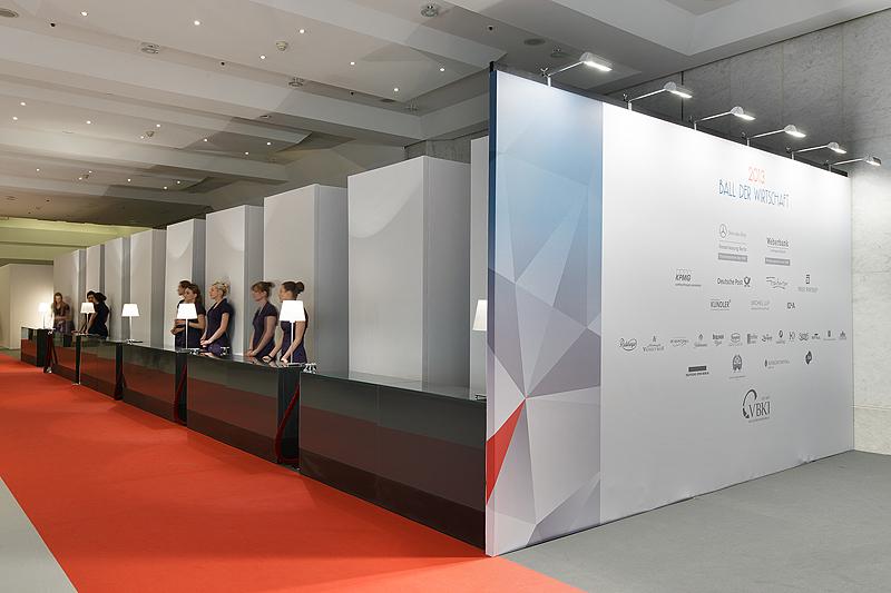 Lobby Garderobenbereich und Sponsorenwand